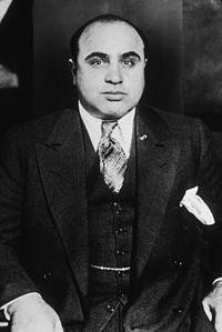 ja.wikipedia.org 200px-Al_Capone-around_1935.jpg